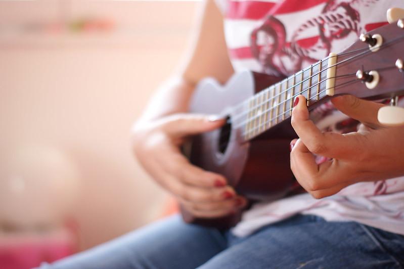 how to hold ukulele